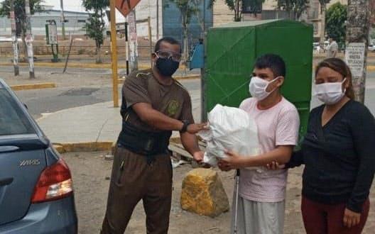 ペルーのパラ陸上のコーチは視覚障害のあるアスリートに支援の食料品を届けた=ペルー・パラリンピック委員会提供