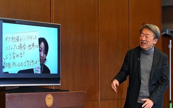 オンラインの公開講座で高校生の質問に答える池上彰氏(右)(東京都豊島区の立教大学池袋キャンパス)