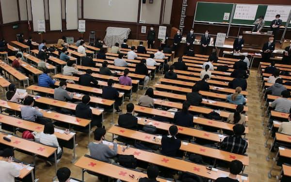 初めて行われた大学入学共通テスト。コロナ対策で受験生は間隔を空けて座った(16日、東京都文京区)