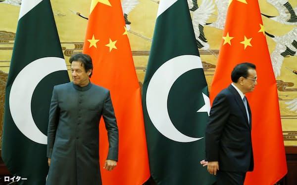両国の交渉はこれまで定期的に行われてきた(パキスタンのカーン首相(左)と中国の李克強首相、2018年11月、北京)=ロイター