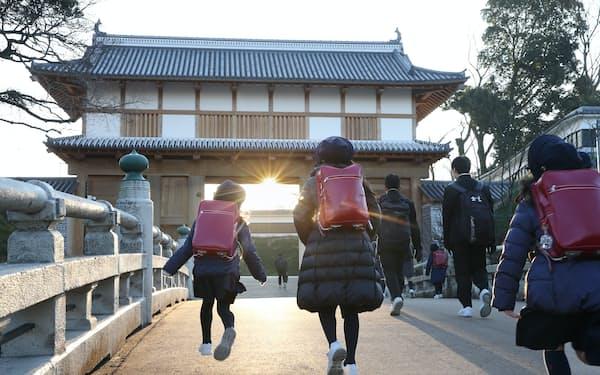 大手門をくぐって登校する子供たち。学問が盛んだった藩を受け継ぐように、水戸城跡には小中高校が集まっている=三浦秀行撮影