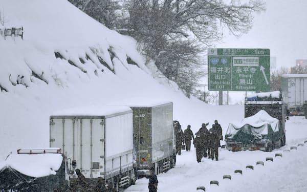 大雪で車が立ち往生した北陸自動車道福井北―福井IC間で除雪作業をする陸上自衛隊員(1月10日)