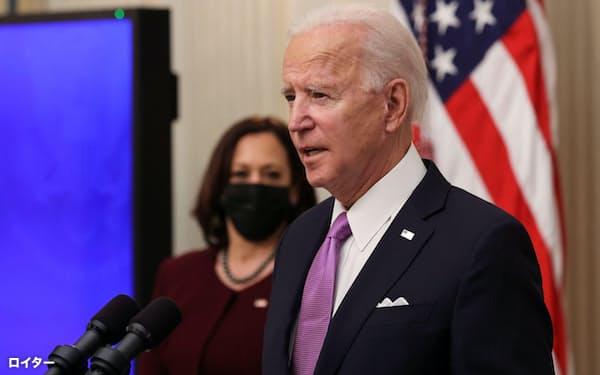 新型コロナウイルス対策について話すバイデン米大統領(手前、1月)=ロイター