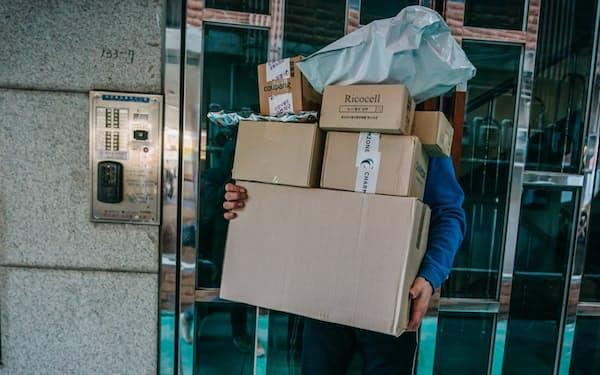ネット通販の大量配送は物流業者が低賃金で支えている(ソウル市江南地区)=ジュン・マイケル・パーク撮影