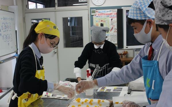 ロールケーキを作る須磨学園の生徒(昨年12月、神戸市)=同校提供