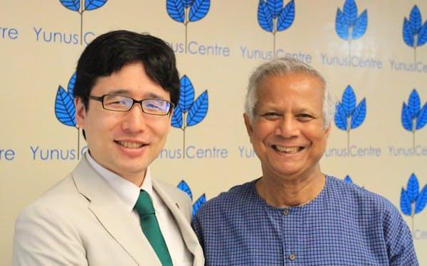 グラミン銀行創設者のユヌス氏(右)は出雲さんにとってのメンター