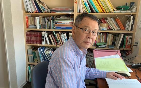 自宅でタイ語に取り組む北村さん。仲間らとオンラインの学習会も開いた(札幌市)