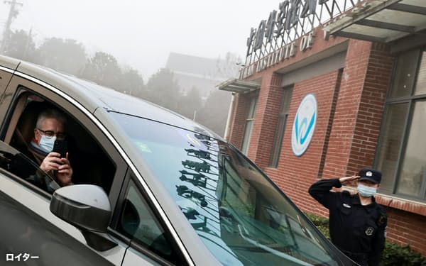 武漢ウイルス研究所に到着したWHO調査団のメンバー(3日)=ロイター