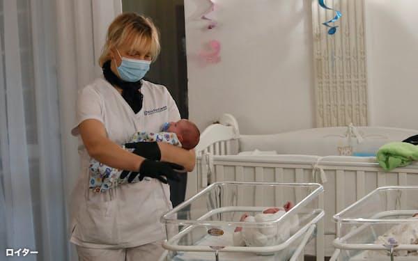 コロナに伴う渡航制限で代理出産で生まれた子の外国人の親への引き渡しが遅れた(2020年5月、キエフ)=ロイター