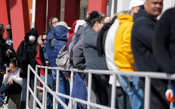 米国では失業保険の給付に多くの人たちが列をつくった(2020年、ネバダ州)=AP