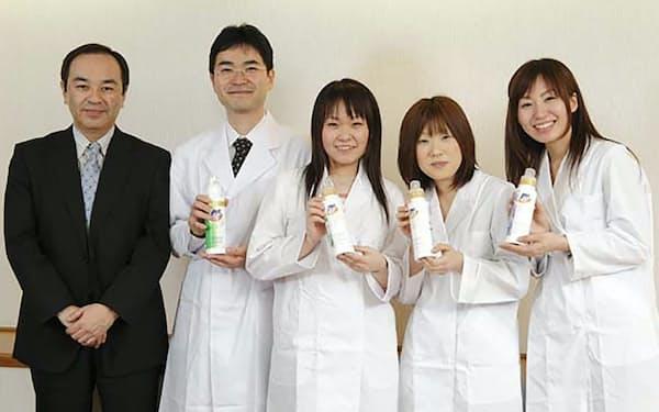 研究所では時代の流れに乗り遅れるという危機感から液体洗剤を開発した(長谷部氏は左端)