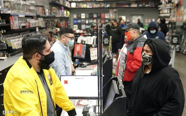 大型経済対策で恩恵を受けた中低所得層の個人消費が経済回復のけん引役になる(ニューヨークのゲーム販売店)=ロイター