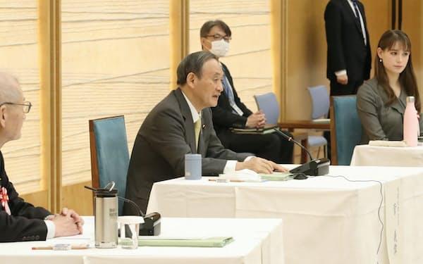 昨年12月に開かれた「2050年カーボンニュートラル・全国フォーラム」の初会合であいさつする菅首相(首相官邸)