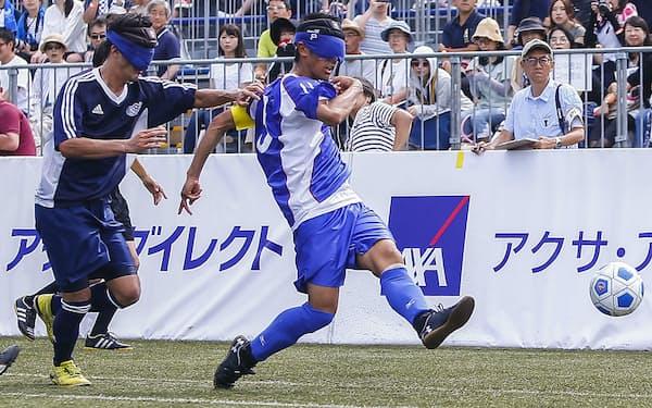 川村(右)は「Avanzareつくば」でブラインドサッカーの基礎を学んだ(C)JBFA/H.Wanibe