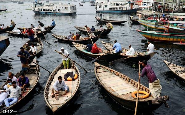 バングラデシュは順調な経済成長を遂げたが、なお3500万人以上を貧困から引き上げる課題が残る(ダッカのブリガンガ川)=ロイター