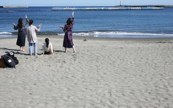 事件現場とされる海岸に、卒業旅行を楽しむ若者の笑い声が響く=三浦秀行撮影