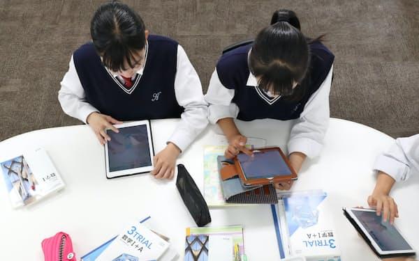 タブレット端末で数学の問題を解く生徒(大阪府東大阪市の近畿大学付属中学校)