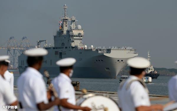 インド南西部コチの港に入るフランスの強襲揚陸艦トネール(3月30日)=AFP時事
