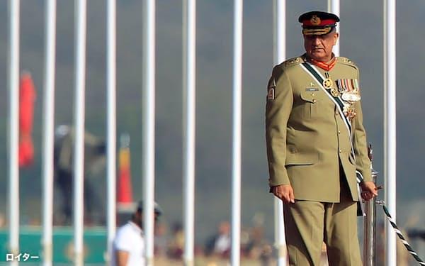 パキスタン陸軍参謀長のバジュワ氏はインドに融和を提案(2017年の建国記念軍事パレード)=ロイター