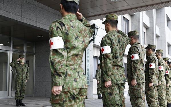 医療支援に派遣される出発式で激励を受ける陸上自衛隊の隊員(2020年12月、兵庫県伊丹市の伊丹駐屯地)