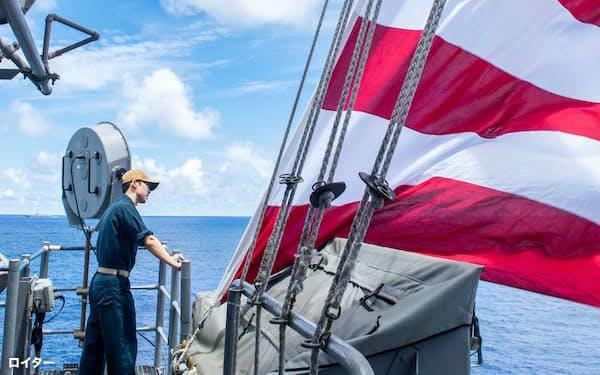 南シナ海で演習する米軍の誘導ミサイル巡洋艦(2020年7月)=ロイター