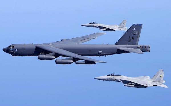 共同訓練する米空軍のB52爆撃機(中央)と航空自衛隊のF15戦闘機=航空自衛隊提供