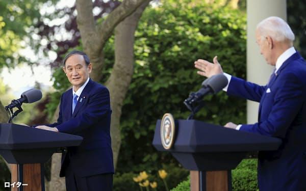共同記者会見する菅首相(左)とバイデン米大統領(16日、ワシントンのホワイトハウス)=ロイター