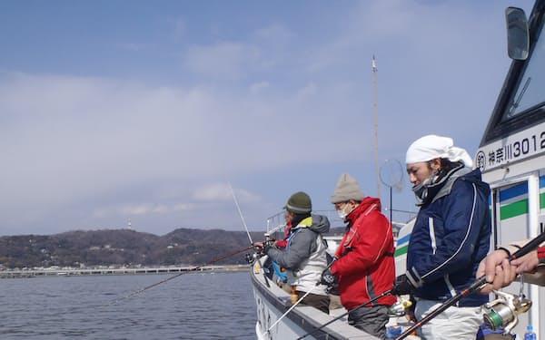 乗合船では見知らぬ人同士が竿を並べる(相模湾のシロギス釣り)