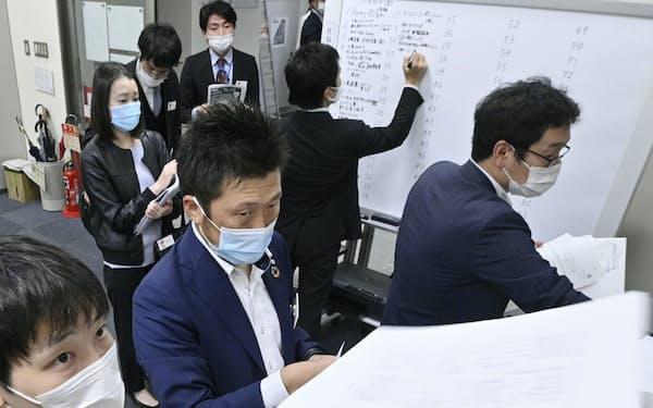 コロナ後1年の決算が本格化(20年秋、東京証券取引所)