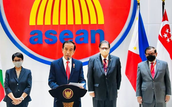 ジョコ大統領(左から2人目)はミャンマーに政治犯釈放を求めた(24日、ジャカルタ)=インドネシア大統領府提供・ロイター