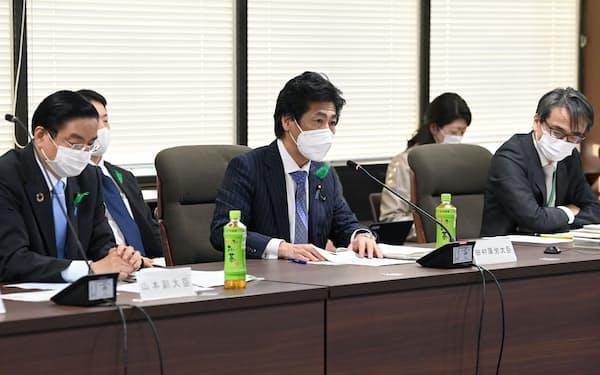 田村厚労相(中央)は変異型の入退院基準の見直しに応じた