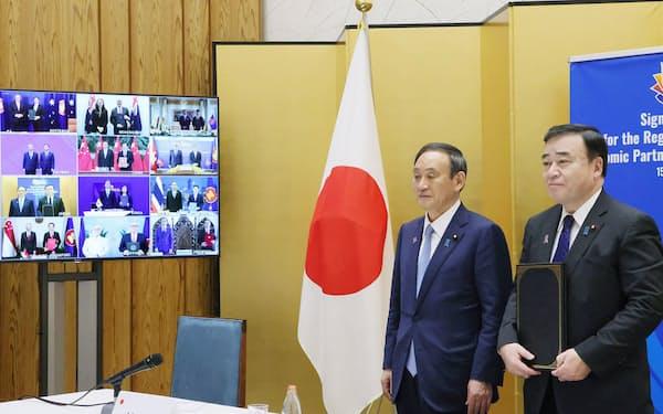 2020年11月、RCEPの首脳会合がテレビ会議方式で開かれ、協定署名式に菅首相と梶山経産相が出席した(首相官邸)=内閣広報室提供
