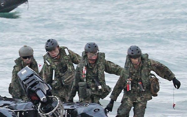 ボートで上陸する陸自の水陸機動団