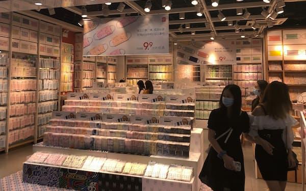 名創優品(メイソウ)は100種類以上のデザインのマスクをそろえる専門店を開いた(10日、広東省広州市)