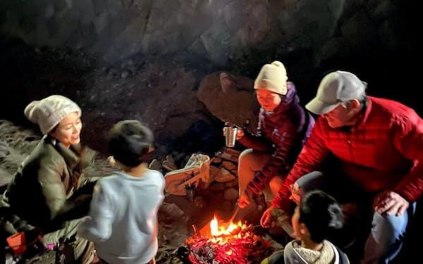 コロナ前、家からすぐの逗子海岸で、地元の友人と火を囲む
