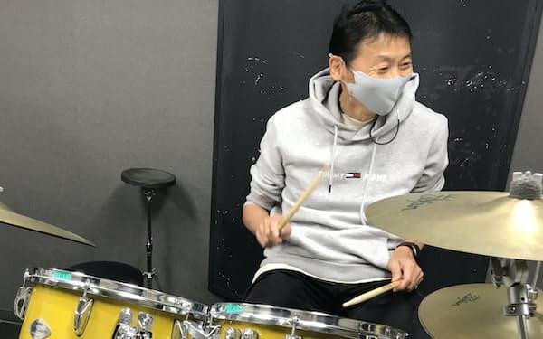 感染対策をした教室でドラムを学ぶ江方隆夫さん