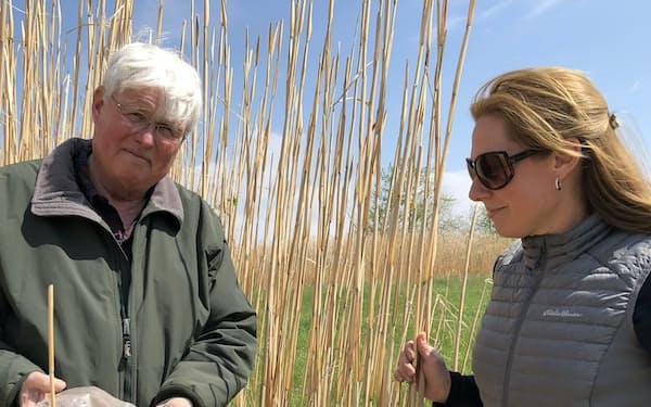ヒートン教授(右)と炭素を含むススキ畑の土を手にするジョンさん
