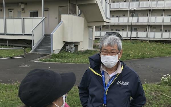 高齢者の見守り支援を心がける加藤さん(右)(横浜市)