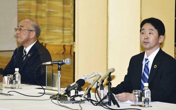 合併を表明した青森銀行の成田晋頭取(左)とみちのく銀行の藤沢貴之頭取(5月)
