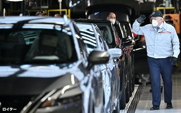 日産のサンダーランド工場を訪れるジョンソン英首相。英国は自動車業界への投資誘致に躍起だ(7月)=ロイター