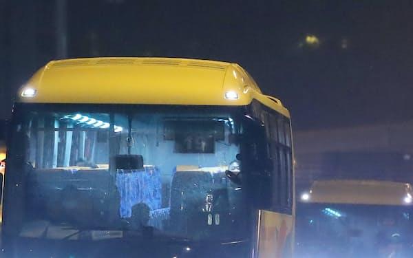 東京五輪開会式の選手輸送を想定した訓練で青山通りを走行するバス(6月、東京都港区)