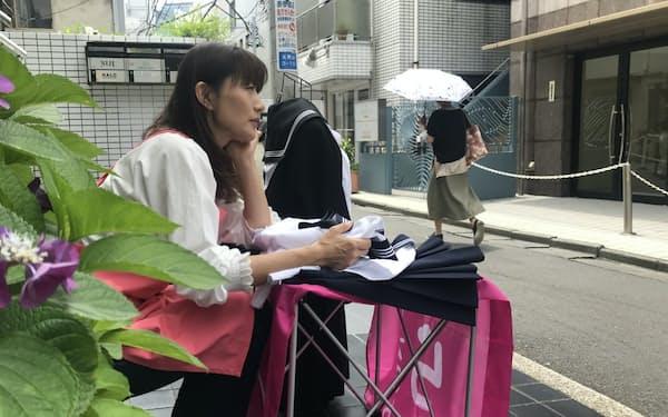 東京の表参道駅近くの裏道などで、店先を借りて移動営業している