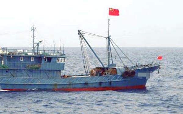 16年8月に沖縄県・尖閣諸島周辺の領海に侵入した中国漁船=第11管区海上保安本部提供