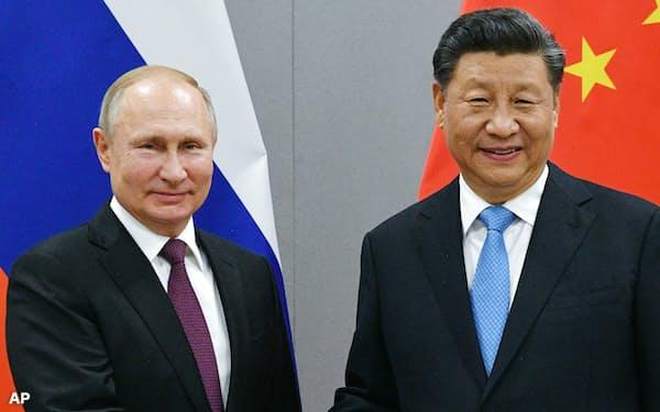 中国の習近平国家主席(右)とロシアのプーチン大統領(19年11月、ブラジルでの首脳会談)=AP
