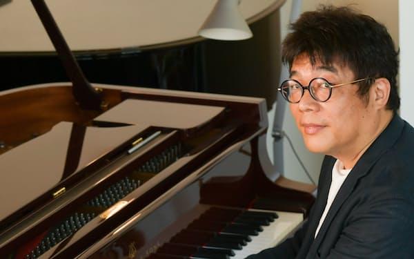 在宅で仕事の後に、スタインウェイのピアノを弾いている