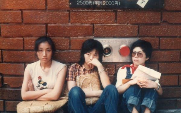 大学時代に下宿の近い友人らと劇場の前で(左端が山村さん)