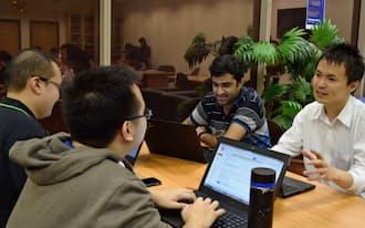 インドや台湾から来た同級生と議論をする奥村さん(右端)