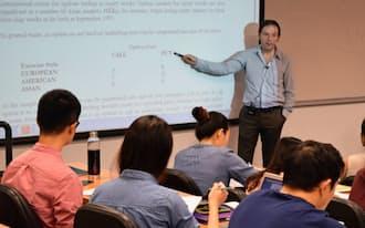 教員と学生が討論する対話型の授業だ(香港中文大)