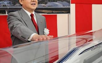 17日、リニア模型の前に立つJR東海の柘植社長(名古屋市中村区)