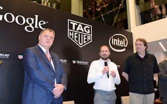 タグ・ホイヤーの提携を発表するLVMHのビバー氏(右端)ら(19日、バーゼル)